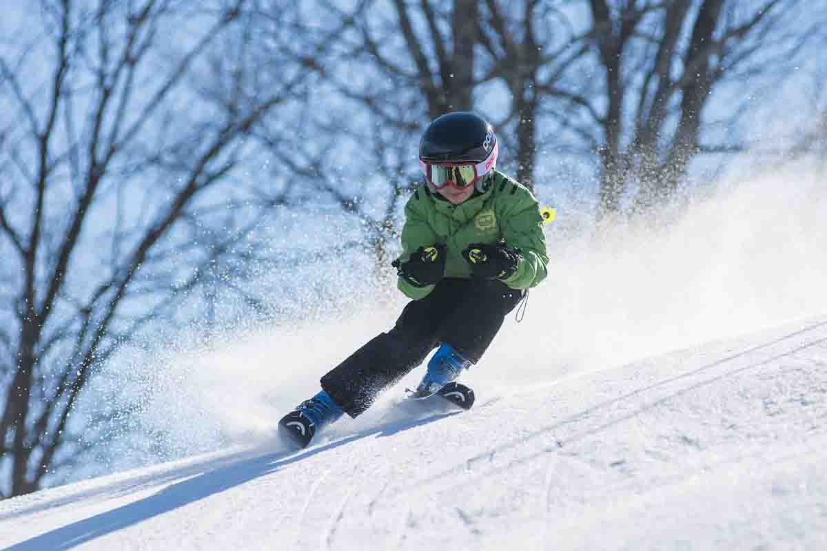 jongen carve skiën