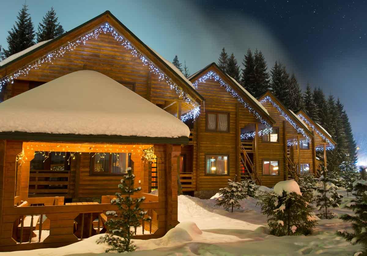 wintersportchalets in de avond